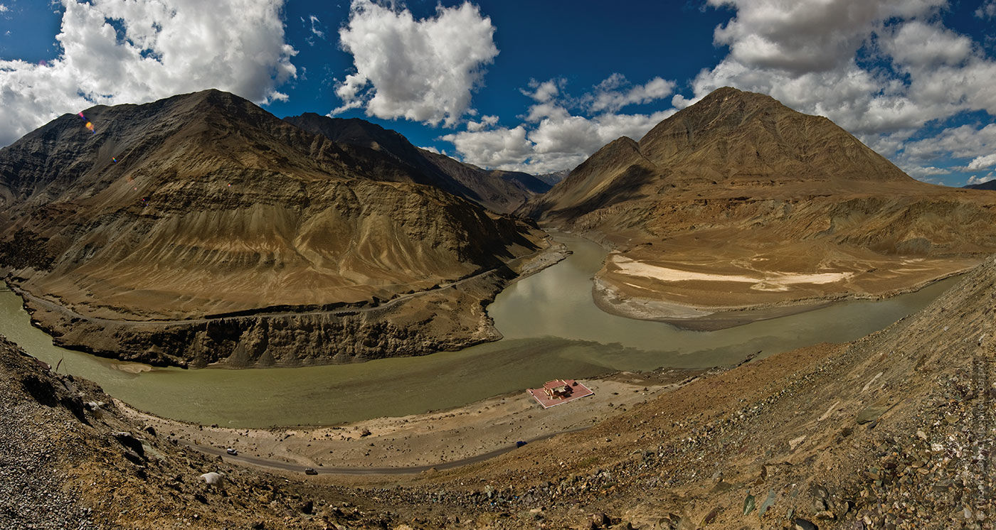 The confluence of the Hindu and Zanskar rivers, Ladakh Valley. Tour Tibet Lakeside Advertising: Alpine lakes, geyser valley, Lamayuru, Colored Mountains, 01 - 10.09. 2021 year.